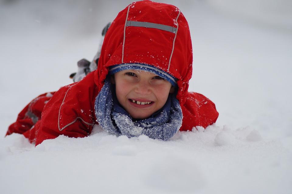 dítě na sněhu