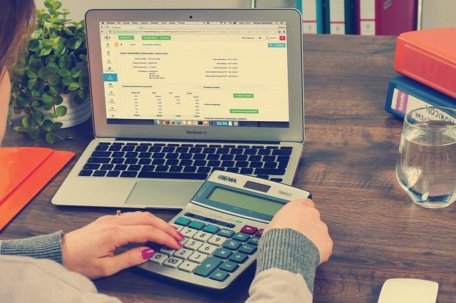 účetnictví a kalkulačka