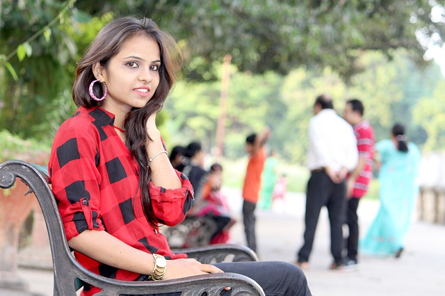 dívka na lavici