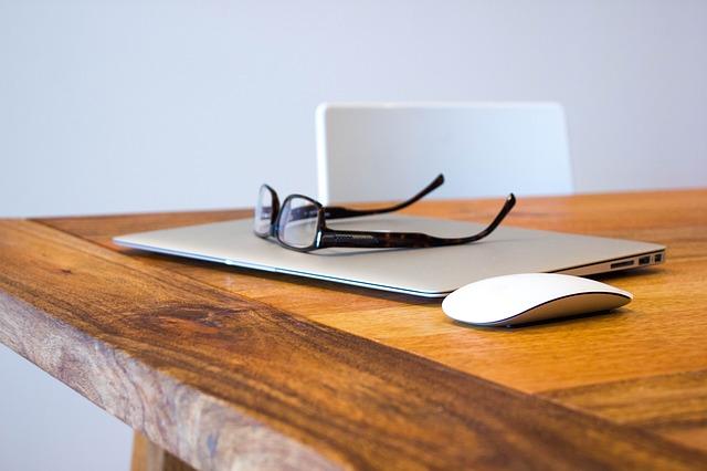 macbook, brýle a myš